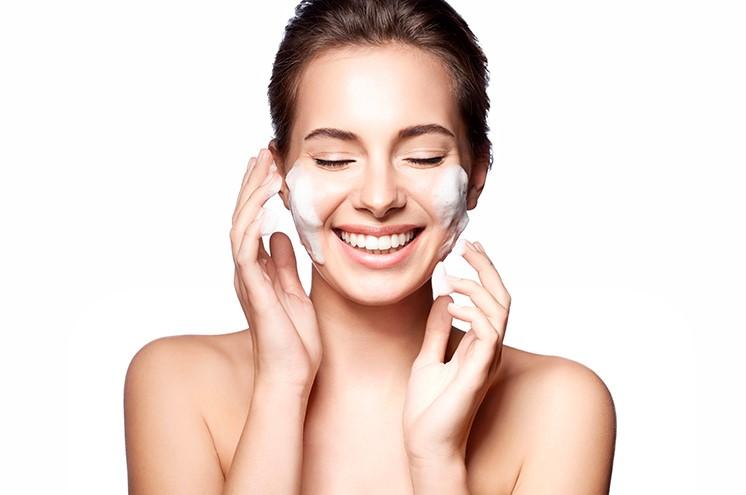 χαμογελαστή γυναίκα πλένεται με σαπούνι προσώπου λάθη ξεβάφεσαι