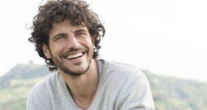 χαμογελαστός άντρας
