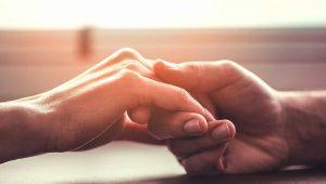 χέρια κρατιούνται 11 Σημάδια να καταλάβεις ότι είναι η αδελφή ψυχή σου!