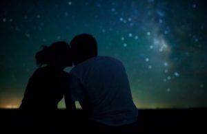 ζευγάρι φιλιέται με φόντο τα αστέρια