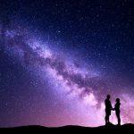 ζευγάρι κρατιέται από το χέρι αστέρια συμπαντική σύνδεση