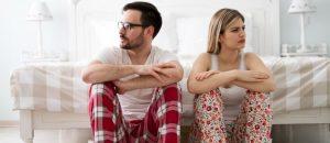 ζευγάρι μαλωμένο πιτζάμες