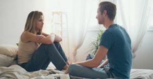 ζευγάρι συζητάει ήρεμα στο κρεβάτι τον κερδίσεις τσακωμό