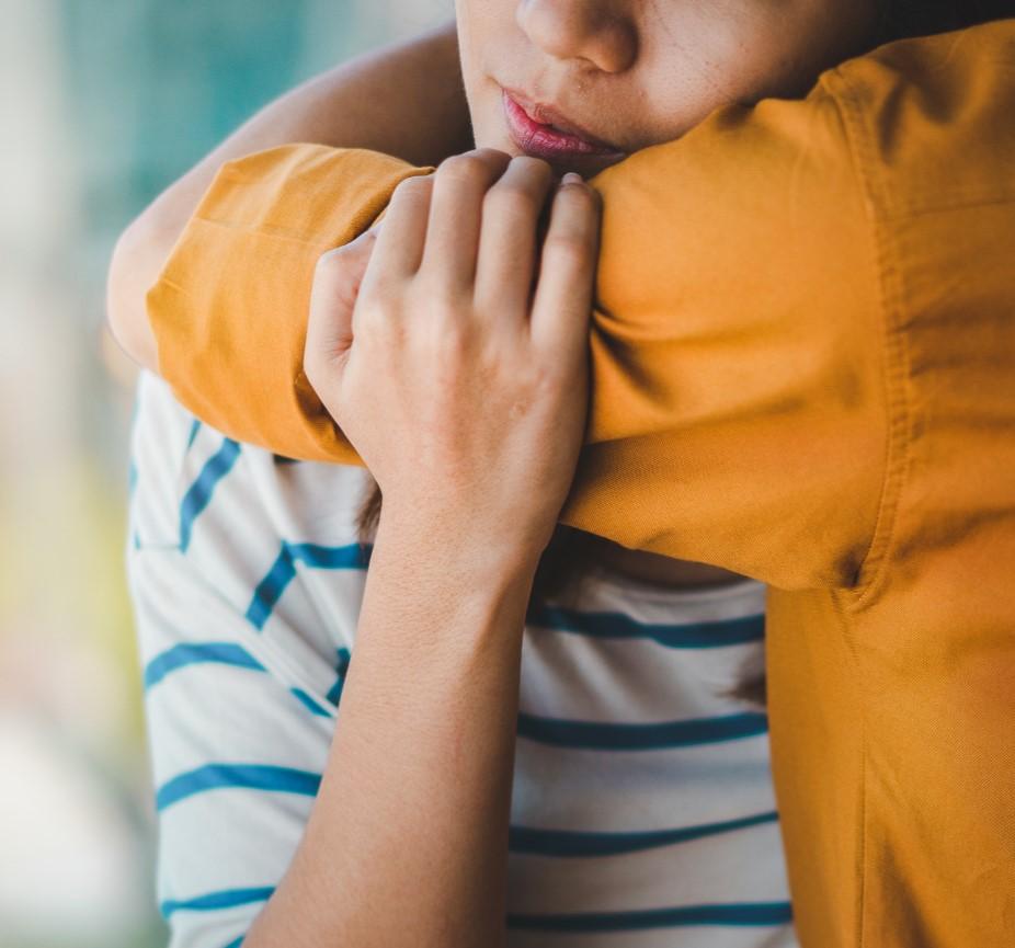 γιατί οι περισσότεροι νέοι είναι δυστυχισμένοι, φυσική επικοινωνία, αγγαλιά