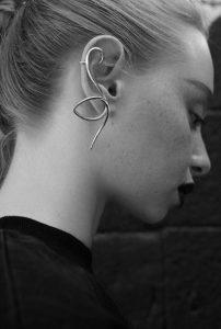 ασημένιο σκουλαρίκι πιάνει όλο το αυτί τάσεις κοσμήματα 2020