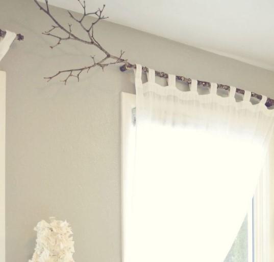 άσπρη κουρτίνα σε κουρτινόξυλο από κλαδί