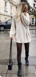 Άσπρο μακρύ πουλόβερ φορεμένο με μποτάκια και καλσόν