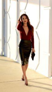 υπέροχο ντύσιμο με δερμάτινη φούστα