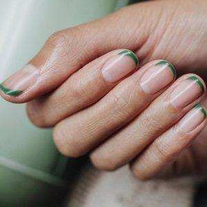 γαλλικό μανικιούρ λεπτές πράσινες άκρες