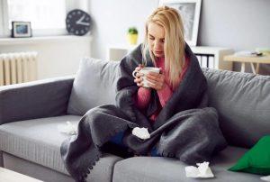 γυναίκα άρρωστη πίνει ρόφημα ξεπεράσεις γρίπη