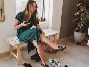γυναίκα δοκιμάζει παπούτσια
