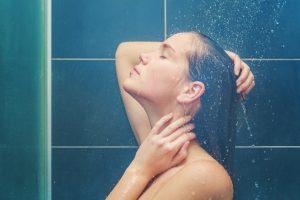 γυναίκα κάνει ζεστό μπάνιο