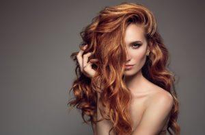 γυναίκα με καροτί, μακριά, υγιή μαλλιά