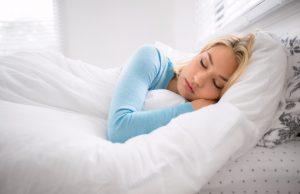 γυναίκα κοιμάται παπλώματα