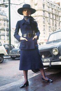 γυναίκα δεκαετίας 70 φοράει μαντήλι