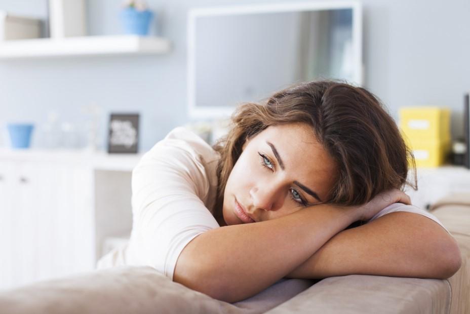 γυναίκα μελαγχολική σκέφτεται τον ξεχάσεις
