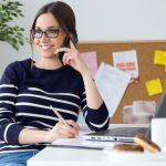 χαρούμενη γυναίκα στο γραφείο