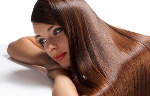 γυναίκα με μακριά, υγιή μαλλιά