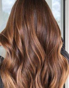 Καφέ κυματιστά μαλλιά