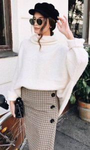 καρό φούστα άσπρη πλεκτή μπλούζα outfits brunch