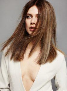 καστανά μαλλιά κάτω από τον ώμο ίσια