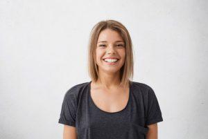 καστανή γυναίκα χαμογελάει πολύ