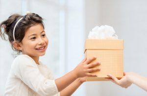 κοριτσάκι παίρνει δώρο φιόγκο