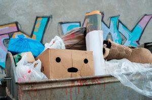 κούτες στα σκουπίδια κάδος απορριμάτων