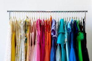 οργανωμένα κρεμασμένα ρούχα