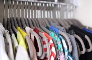 κρεμάστρες με ρούχα