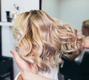Ξανθό κοντό μαλλί μπούκλες