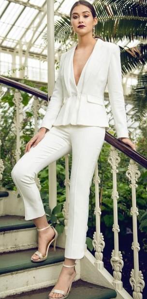 λευκό κοστούμι ανοιχτό ντεκολτέ