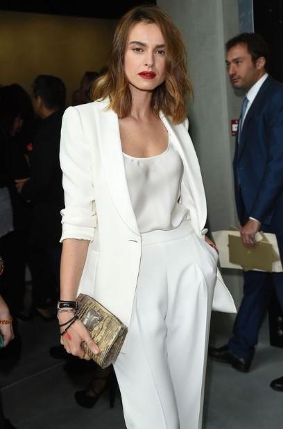 λευκό κοστούμι χρυσή τσάντα