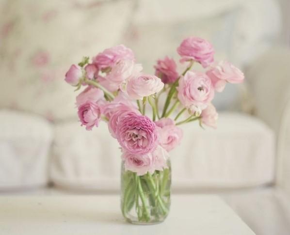 Λουλούδια σε βάζο πάνω σε τραπέζι στο σαλόνι