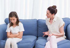μαμά μαλώνει κόρη κάθονται καναπέ