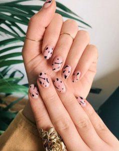 μαύρα σχέδια nude νύχια