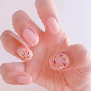 nude νύχια με λουλούδια ανοιξιάτικα σχέδια νύχια