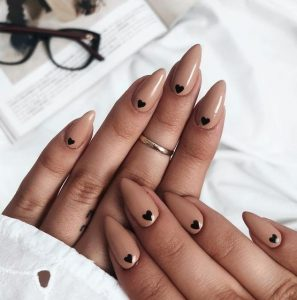 nude νύχια με μαύρες καρδούλες μακριά