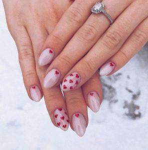 νύχια με κόκκινες καρδούλες