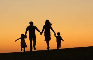 οικογένεια τρέχει κρατιέται χέρι