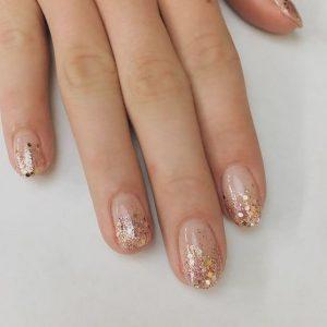 οβάλ νύχια χρυσή λάμψη