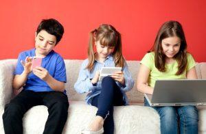 παιδιά παίζουν κινητό tablet υπολογιστή