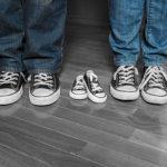 πως να ανακοινώσεις ότι είσαι έγκυος με μια φωτογραφία χρησιμοποιώντα παιδικά παπούτσια