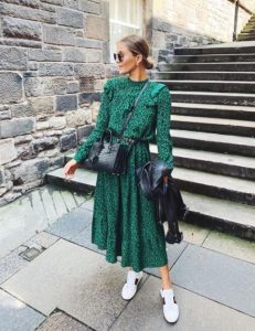 πράσινο μάξι φόρεμα sneakers άσπρο outfits brunch