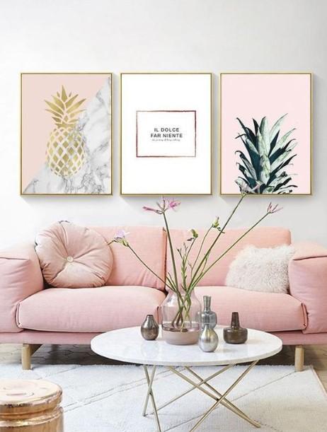 ροζ καναπές τρεις πίνακες ανανά