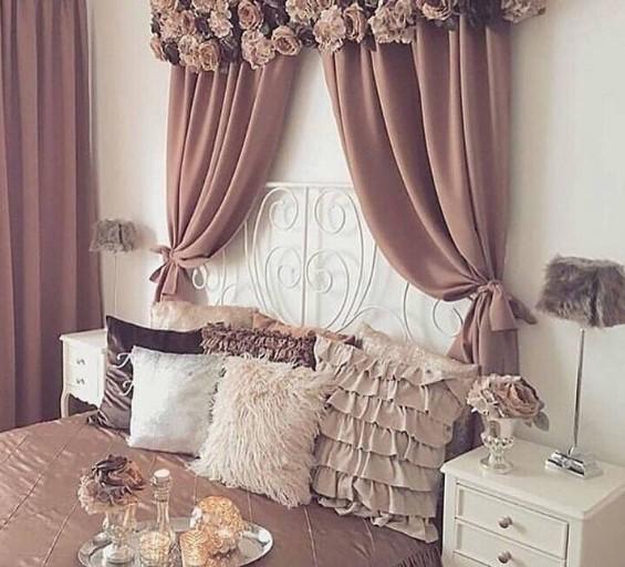 Ροζ κουρτίνες πάνω από το κρεβάτι