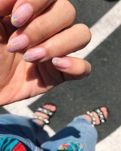 ροζ νύχια με μεταλλικές άκρες νύχια Άνοιξη-Καλοκαίρι 2020