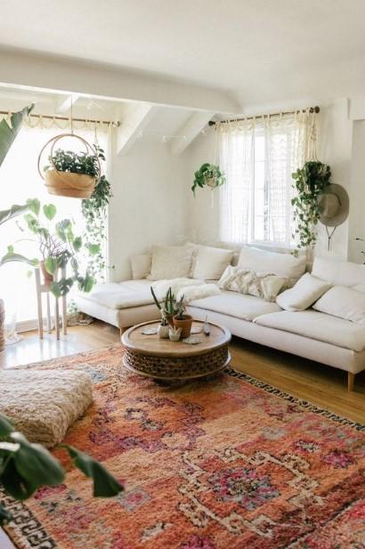 σαλόνι ροζ χαλί κρεμαστά φυτά