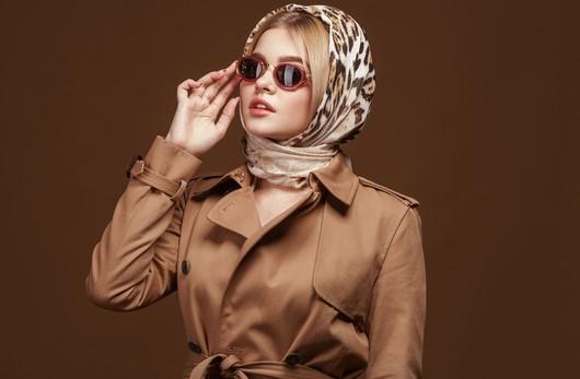 σικάτη γυναίκα με μαντήλι