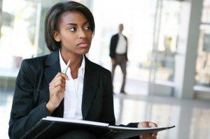 σκεπτική γυναίκα στο γραφείο